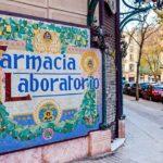 Letreiro no estilo Art Nouveau formado por mosaico de pastilhas