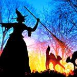 Silhuetas de bruxas de metal decoram paredes e jardins