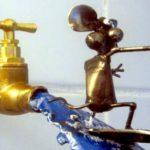 Escultura de rato surfando jato d'água em torneira de jardim