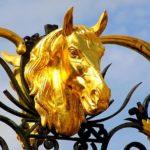 Cabeça de cavalo folheada a ouro em portão de haras