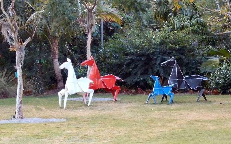 Origamis de cavalos de metal