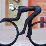 Ciclismo representado em escultura minimalista de resina e metal