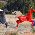 Origamis monumentais de cavalos modelados com chapa de aço