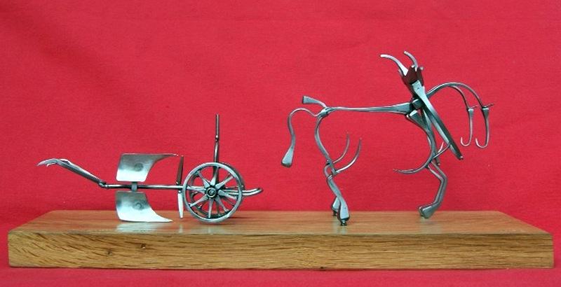 Escultura com cravos de ferradura