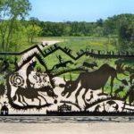 Porteira artística de ferro conta história agitada de uma fazenda