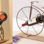 Bike retrô forjada como rack para duas garrafas de vinho