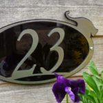 Placa com número de endereço decorada com bichinho na borda