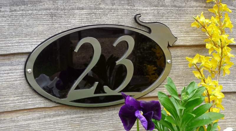 Placa de metal com número de endereço