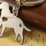 Chaveiros com o coração batendo dentro do peito dos cachorros