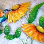 Painel com beija-flores e girassóis estampados em aço
