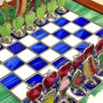 Jogo de xadrez com frutas, hot dog, suco e sorvete de vidro