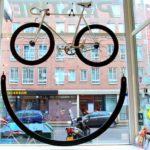 Bicicleta de verdade forma smiley numa vitrine de bike shop
