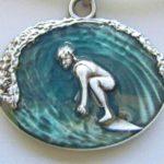 Surfista entuba em medalha retrô de metal e resina para cordão