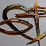Painel de parede com coração, crucifixo e peixe em tema religioso