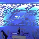 Painel luminoso com cardume de peixes na decoração marinha