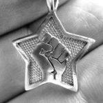 Símbolo de resistência: uma estrela com punho cerrado