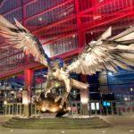 A estátua pousada na entrada do novo estádio do Atlanta Falcons