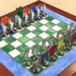 Jogo de xadrez com peças formadas por roupas de vidro e metal