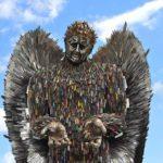 Estátua de anjo com 100.000 facas: monumento contra violência