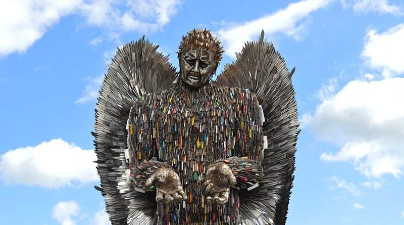 Estátua anjo de facas