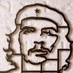 Painel de parede traz a efígie metálica de Ernesto Che Guevara