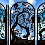 Portões de metal com silhuetas de pessoas praticando ioga