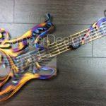 Guitarra elétrica em painel de parede com efeitos holográficos