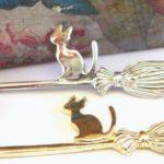 Pingente com gato montado numa vassoura voadora de bruxa