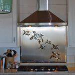 Tartarugas marinhas decoram fogão em cozinha de casa de praia