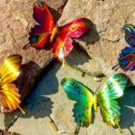 Borboletas coloridas de aço decoram paredes e jardins