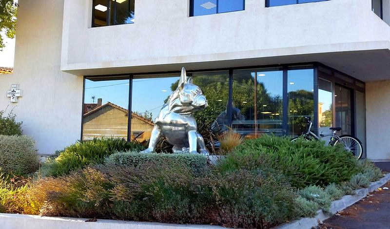 Escultura gigante de cachorro