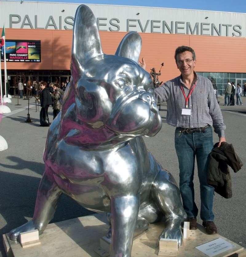 Escultura de cão da raça Bulldog