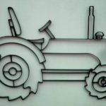 Trator em painel de parede desenhado com barras chatas de aço