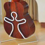 Suportes para violões e guitarras com bonecos de braços abertos