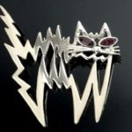 Gato de pelos arrepiados por choque elétrico ou energia negativa