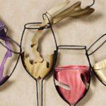 Taças de vinho tinto, branco e rosé em painel para adega