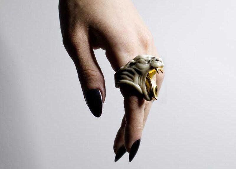 Joia de mármore e ouro