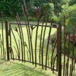 Cerca e portão para jardim com tubos imitando bambu