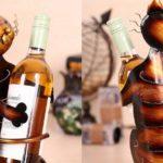 Gato em chapa de metal como suporte para garrafas de vinho