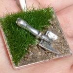 Pingente com mini pá e gramado para os adeptos da jardinagem
