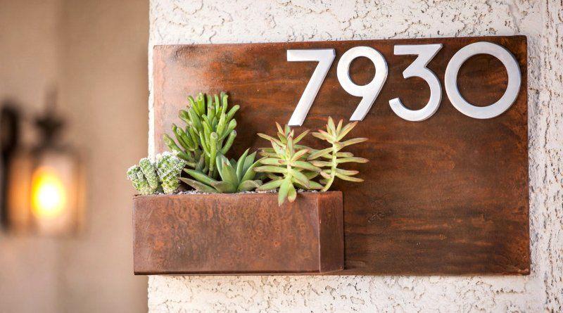 Placa de endereço com flores