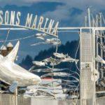Portão artístico de metal para marina com baleia, peixes e focas