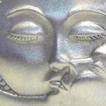 Sol & Lua se beijando em broche ou pingente de pewter escovado