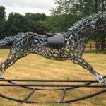Cavalo de balanço em tamanho real montado com ferraduras