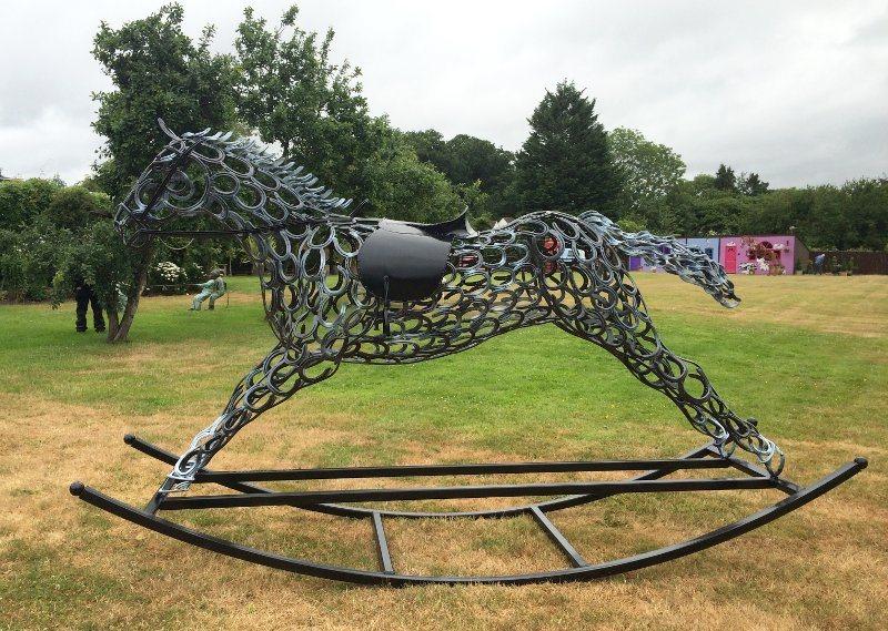 Escultura de cavalo com ferraduras
