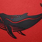 Baleia jubarte cortada em chapa de aço como enfeite de parede