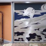 Portão de garagem com tema náutico para condomínio na praia