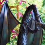 Dragão em elegante escultura feita com varetas e chapas de aço