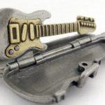Estojo com guitarra como pingente para cordão ou chaveiro