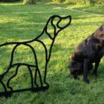 Cachorro da raça Labrador esculpido em aço para enfeitar jardim
